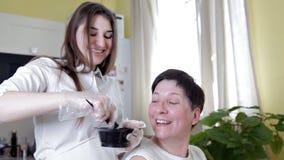 Coloration de cheveux Appliquer la couleur aux racines du poil avec une brosse banque de vidéos