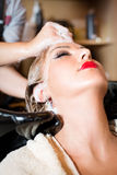 Coloration de cheveux dans le salon Photo stock