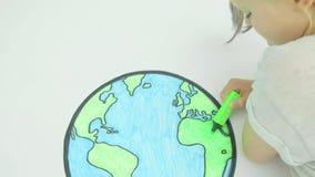 Coloration de fille dans une carte du monde clips vidéos