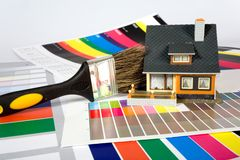 Coloration de la maison par une peinture. Images stock