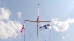 Coloration des bateaux avec des drapeaux Drapeaux nautiques sur flotter dans le vent sur le fond de ciel bleu clips vidéos