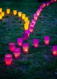 Colorato emettere luce si accende nel parco su un'erba Fotografie Stock