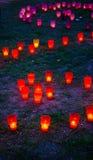 Colorato emettere luce si accende nel parco su un'erba Immagini Stock