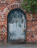 Colorato vecchio ha chiuso la porta di legno fotografie stock