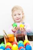 Colorazione delle uova di Pasqua Fotografia Stock