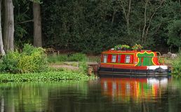 Coloreó brillantemente el barco de canal, amarrado en el río Wey, Surrey imagen de archivo