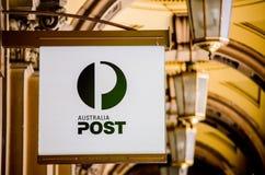 Colore australiano classico di logo della posta in bianco e nero davanti al ramo di Martin Place dell'ufficio postale fotografia stock