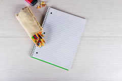 Colore in bianco della matita e del blocco note su blackground di legno Immagine Stock Libera da Diritti
