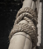 Colore in bianco e nero del recinto di bambù con la corda del bastone nella d soleggiata Fotografie Stock Libere da Diritti