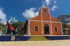 Colore bianco ed arancio della chiesa, immagini stock