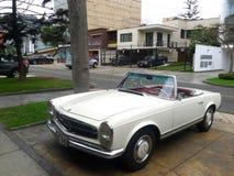 Colore bianco Mercedes-Benz convertibile 230SL a Lima Immagine Stock