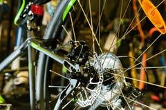 Colore; bicicletta; freno; il nero; sport; disco; raggio; ruota; metallo; Immagini Stock