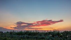 Colore dell'arcobaleno del cielo di sera con luce solare Immagini Stock