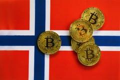 Colore dell'oro di Bitcoin sulla bandiera della Norvegia fotografia stock