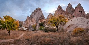 Colore di autunno nel paesaggio della montagna di Cappadocia, Turchia fotografia stock