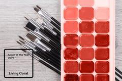 Colore di corallo vivente dell'anno 2019 Pennello su una guida di colore della tavolozza con corallo nel colore d'avanguardia immagini stock libere da diritti
