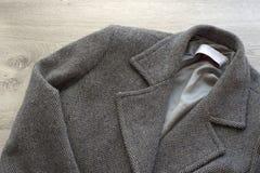 Colore di gray del cappotto della lana del ` s delle donne immagini stock