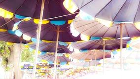 Colore di varietà dell'ombrello di spiaggia con la luce di luminosità dalla t immagine stock