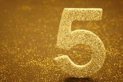 Colore dorato di numero cinque sopra un fondo caldo anniversario Immagine Stock Libera da Diritti