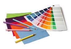 Colore e campioni e matite del campione del tessuto Immagine Stock