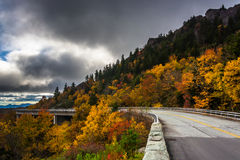Colore e Linn Cove Viaduct di autunno, su Ridge Parkway blu, N fotografia stock