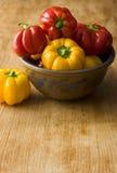 Colore fresco del pepe sulla tavola di legno Fotografia Stock