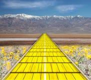 colore giallo della strada del mattone fotografia stock