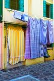 Colore giallo delle pareti Essiccazione della biancheria intima della lavanda sulla via fotografie stock