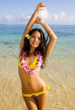 colore giallo polinesiano della ragazza del bikini fotografia stock libera da diritti