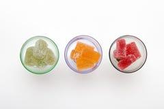 Colore la confiture d'oranges dans le verre à vin sur les milieux blancs Photos stock
