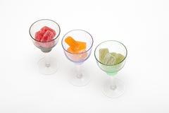 Colore la confiture d'oranges dans le verre à vin sur les milieux blancs Images stock