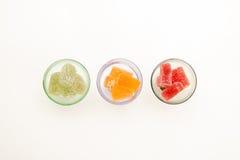 Colore la confiture d'oranges dans le verre à vin sur les milieux blancs Image libre de droits