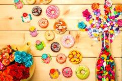 Colore pastello delle guarnizioni di gomma piuma dolci con il fiore rosa su fondo di legno Fotografie Stock Libere da Diritti