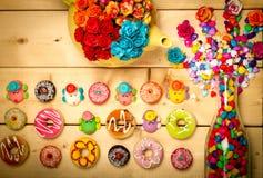 Colore pastello delle guarnizioni di gomma piuma dolci con il fiore rosa su fondo di legno Immagini Stock Libere da Diritti