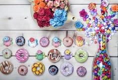 Colore pastello delle guarnizioni di gomma piuma dolci con il fiore rosa su fondo di legno Fotografia Stock