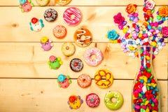 Colore pastello delle guarnizioni di gomma piuma dolci con il fiore rosa su fondo di legno Fotografia Stock Libera da Diritti