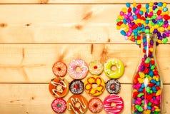Colore pastello delle guarnizioni di gomma piuma dolci su fondo di legno Fotografie Stock Libere da Diritti