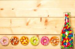 Colore pastello delle guarnizioni di gomma piuma dolci su fondo di legno Fotografia Stock