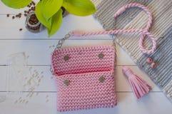 Colore rosa fatto a mano della borsa femminile su un fondo bianco con la a Immagine Stock Libera da Diritti