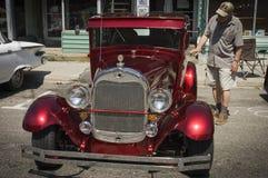 Colore rosso che shinning anno americano 1930 dell'automobile dell'annata immagine stock