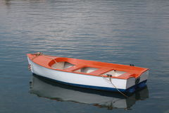 Colore rosso, con e barca blu Fotografie Stock