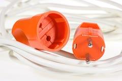 Colore rosso dell'incavo e della spina elettrica sui cavi bianchi Immagine Stock Libera da Diritti