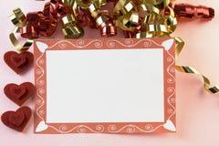 Colore rosso della scheda del biglietto di S. Valentino e nastro dell'oro Fotografia Stock
