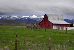 colore rosso delle montagne del granaio vecchio Fotografia Stock Libera da Diritti
