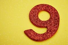 Colore rosso di numero nove sopra un fondo giallo anniversario Immagini Stock Libere da Diritti
