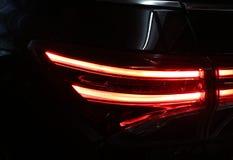 Colore rosso di progettazione leggera dell'automobile automobilistico al parcheggio nero ebano fotografia stock