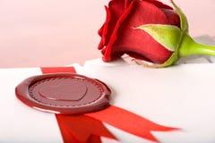 Colore rosso di rosa e amore-lettera con la guarnizione Immagine Stock Libera da Diritti
