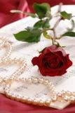 Colore rosso di rosa e perle Fotografia Stock