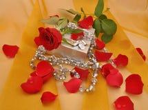 Colore rosso di rosa e regalo Fotografie Stock Libere da Diritti