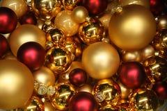 Colore rosso e bagattelle di natale dell'oro Fotografie Stock Libere da Diritti